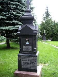 Памятник на территории Лавры